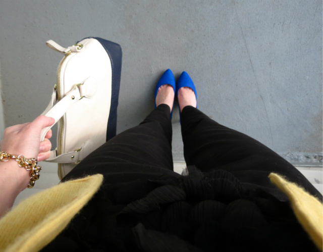 yellow cashmere cardigan, skinny black pants, cobalt pumps, colorblock bag, cluster pearl necklace